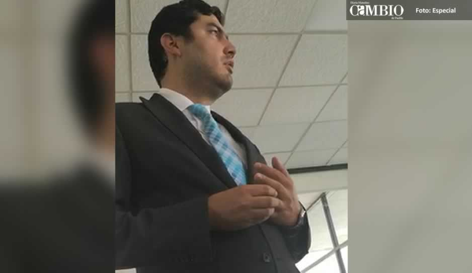 VIDEO: Director jurídico de Texmelucan obliga a trabajadores del ayuntamiento a renunciar