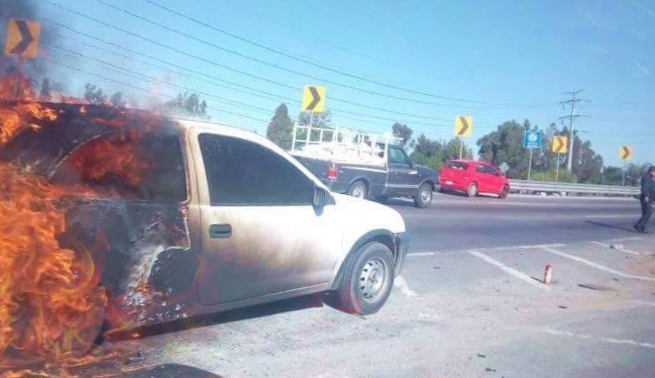 Como en los Juegos del Hambre: vehículo arde en llamas en el Periférico (FOTOS)
