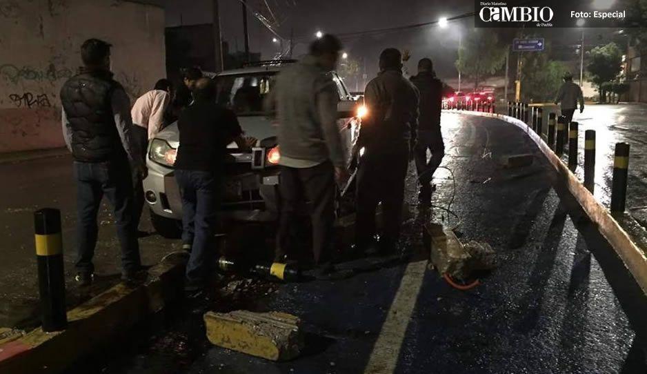 Conductor se estrella y despedaza la ciclopista de Esteban de Antuñano por ir texteando (FOTOS)