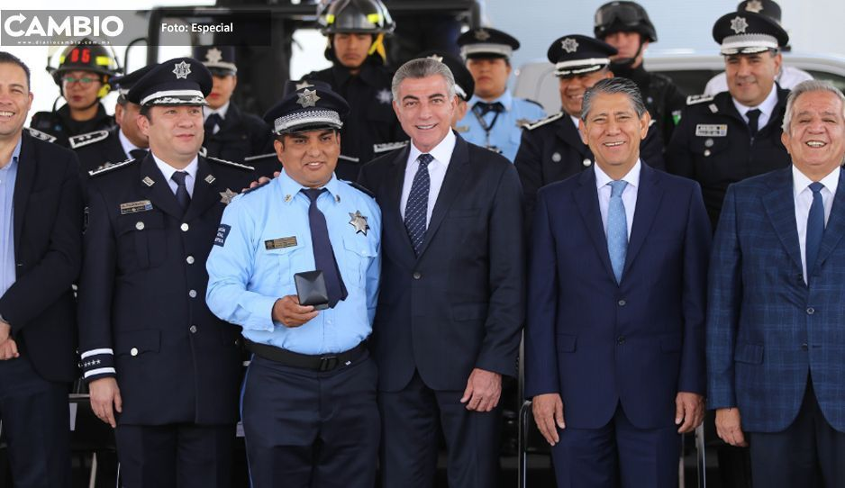 Gali entrega estímulos y equipamiento a policías