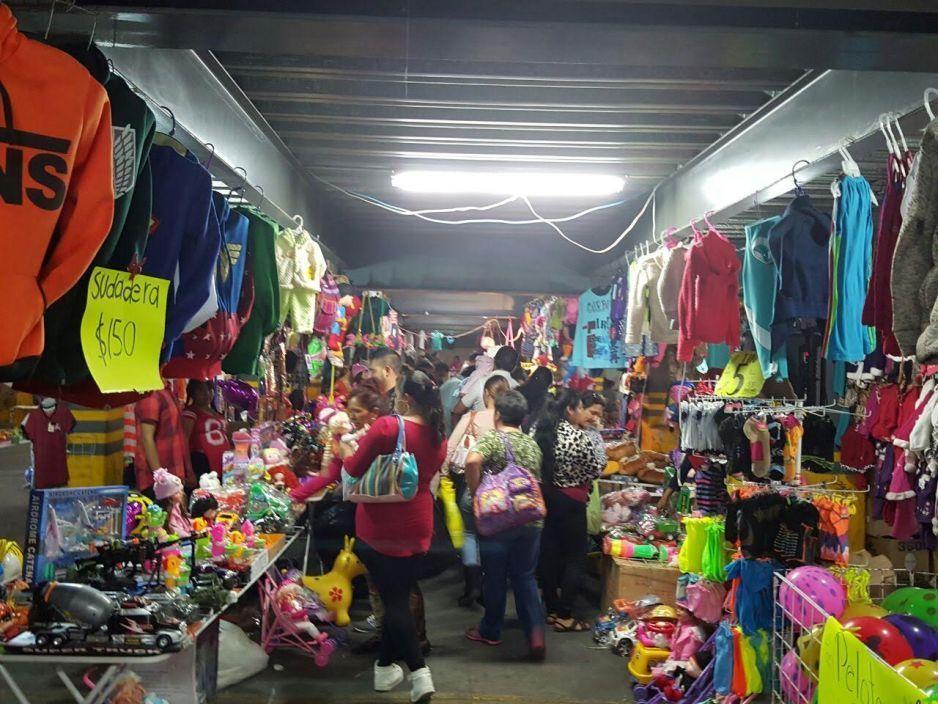 Los Reyes Magos abarrotan las calles durante la madrugada para comprar regalos