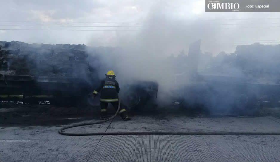 Bomberos Puebla sofoca incendio de dos tractocamiones