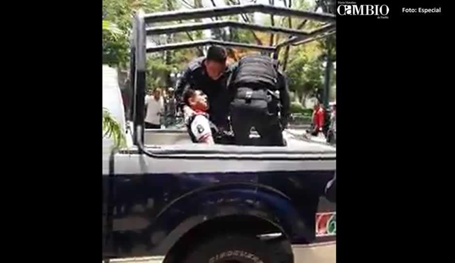 Detienen a activista por evidenciar que policías de Tehuacán se estacionan en lugar prohibido
