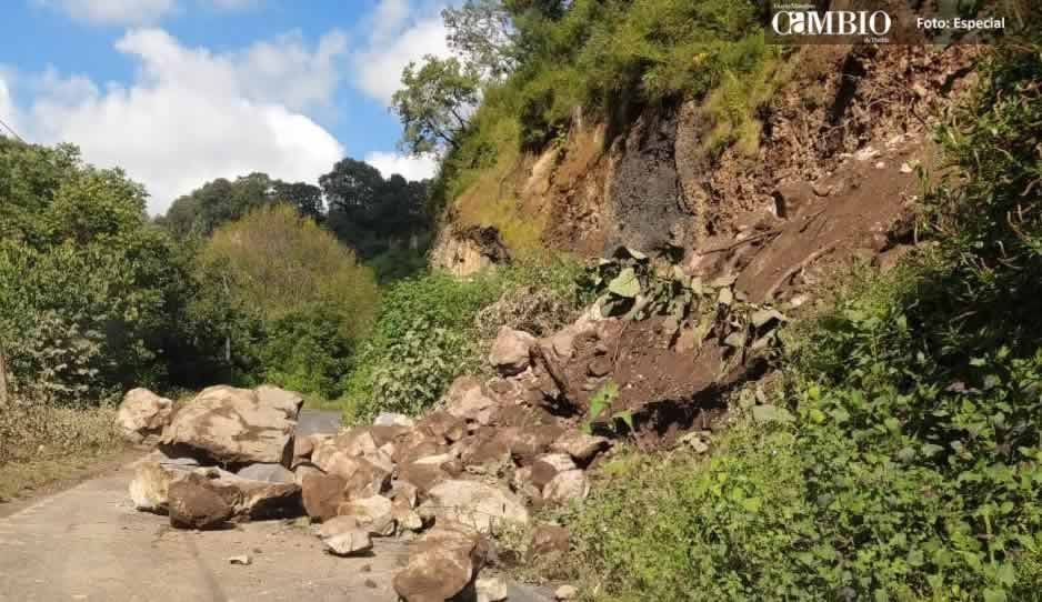 Camino de Tochimilco se encuentra bloqueado tras deslave