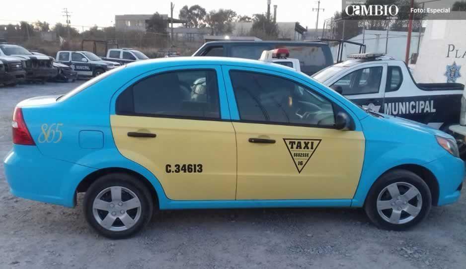 Policías municipales recuperan taxi robado en Texmelucan