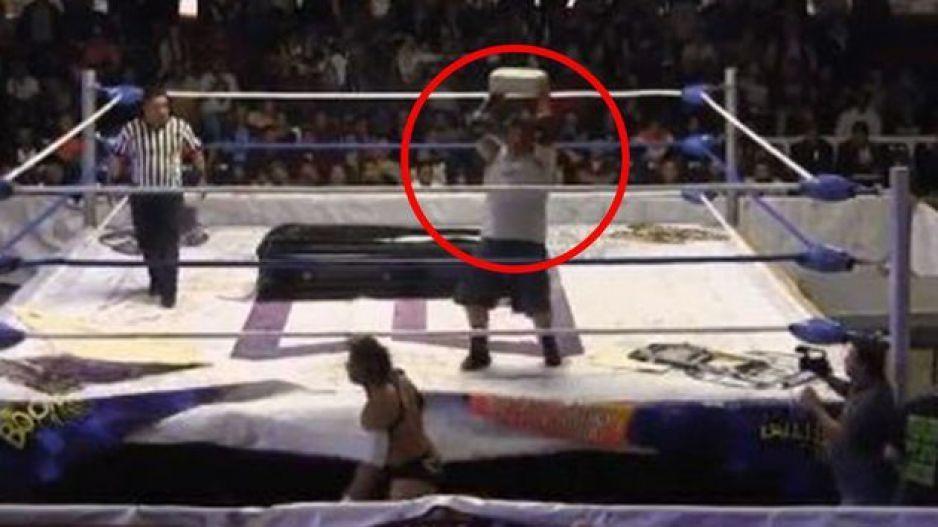 Al luchador 'El Cuervo' le lanzan un bloque en la cabeza