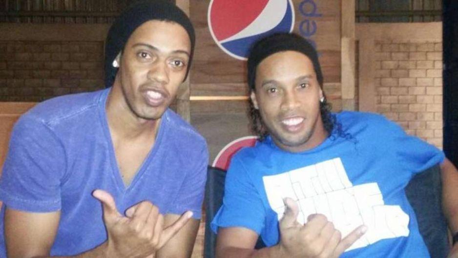 Ronaldinho se mofa de la prensa, mandó a su doble a firmar autógrafos