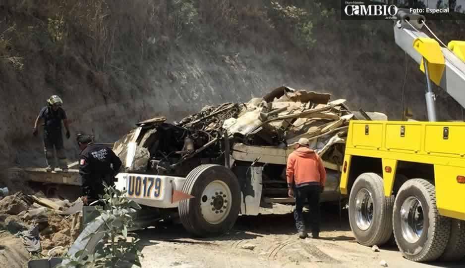 Muere aplastado por un tráiler con cemento tras volcadura en la Vía Atlixcayotl