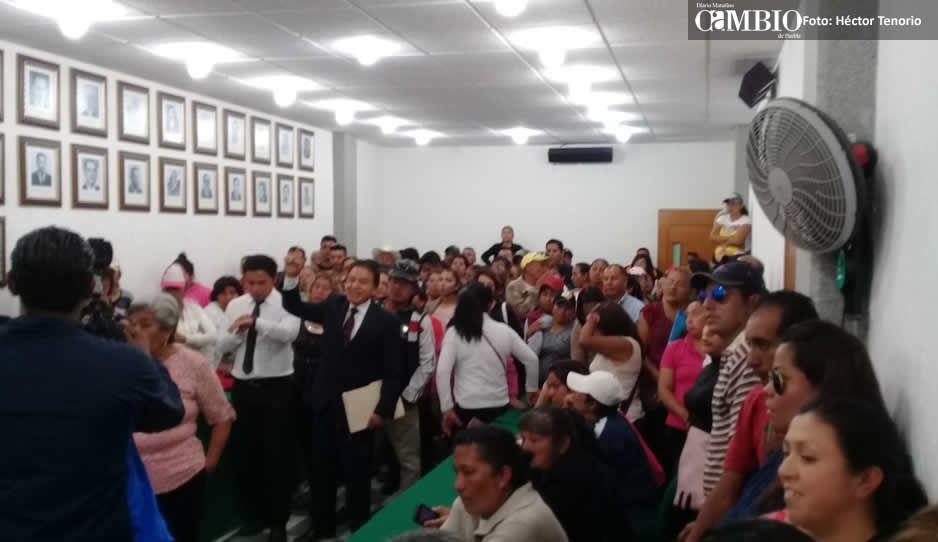 Familias de polis cachirules se manifiestan ante cabildo