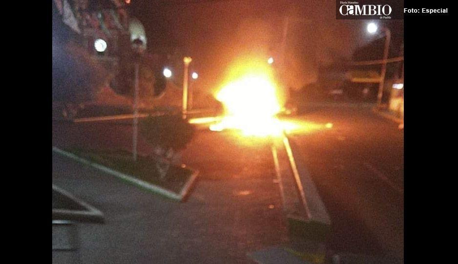Pobladores sacan y golpean a ladrón de la comandancia de Tlahuapan; voltearon e incendiaron patrullas (VIDEO)