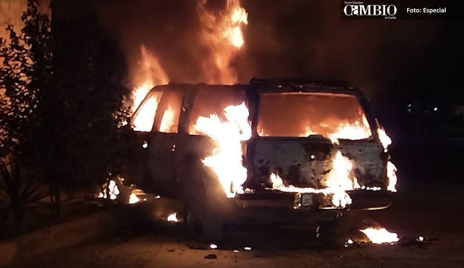 Prenden fuego a una camioneta en la colonia Tlilostoc