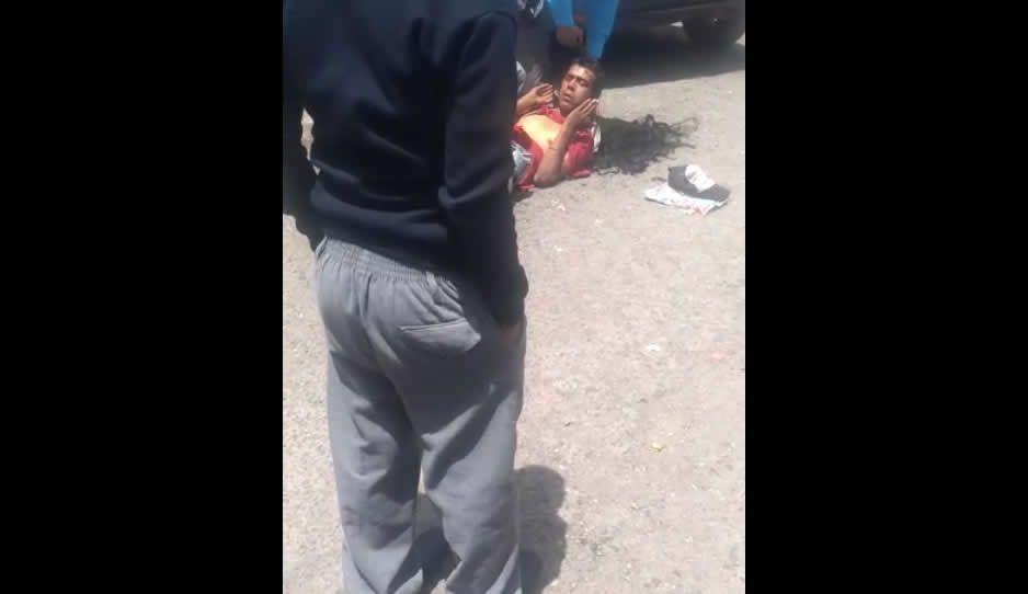 Ahora no lo lincharon, sólo lo raparon y pisaron las manos por robarse un monedero (VIDEO)