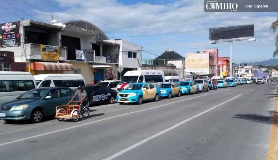 Transportistas cierran calles y toman camiones de la línea TPT en Atlixco