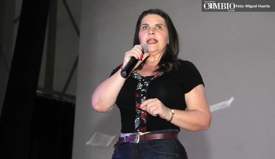 Presidenta Norma Layón construye acceso a su negocio en Texmelucan