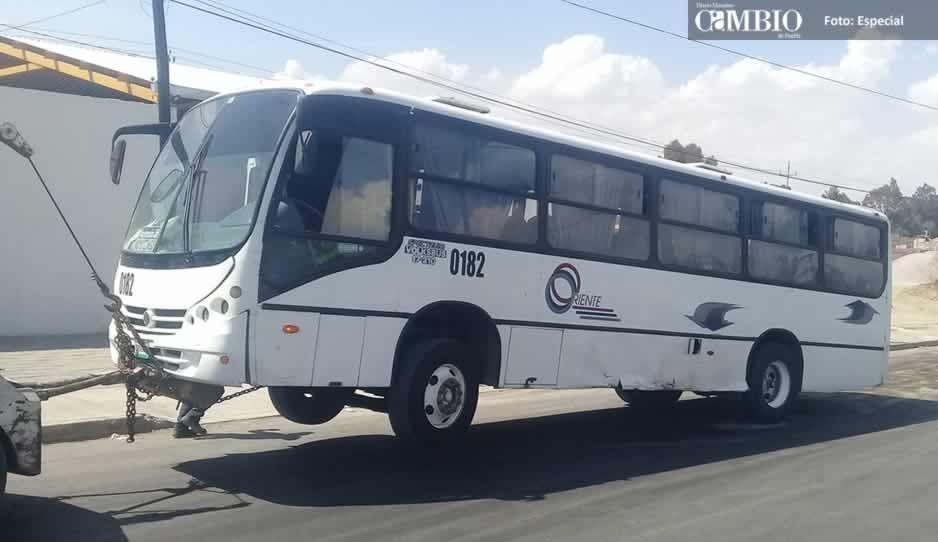 Choque entre automóvil y vehículo de transporte de personal deja dos lesionados en Texmelucan