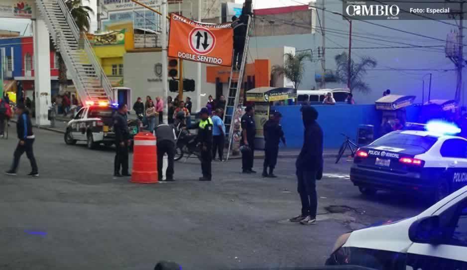 Ambulantes de Texmelucan cierran calles tras mala estrategia de autoridades municipales