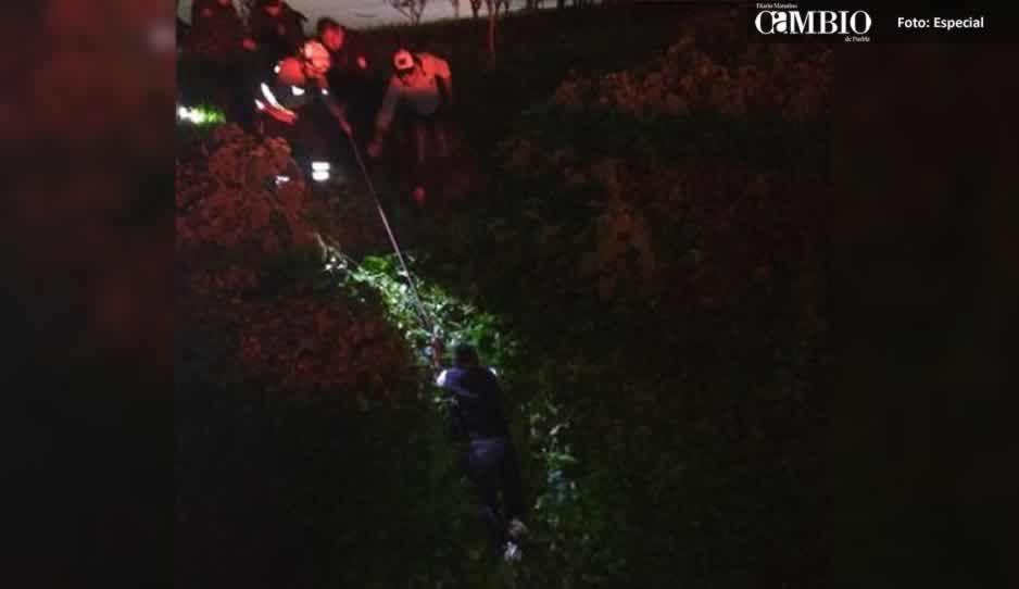 Paramédicos rescatan a una mujer que cayó en el Río Atoyac en Texmelucan