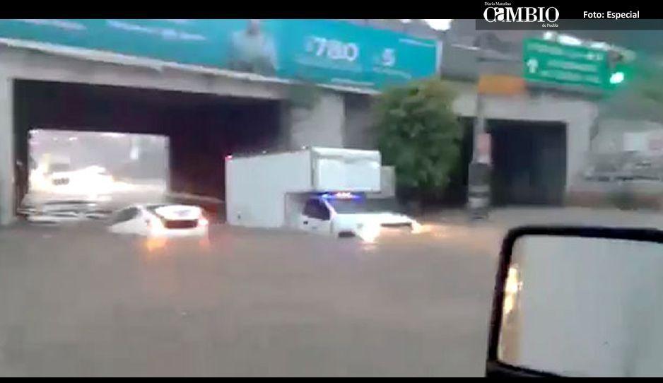 Inundación se lleva un vehículo en la México-Puebla(VIDEO)