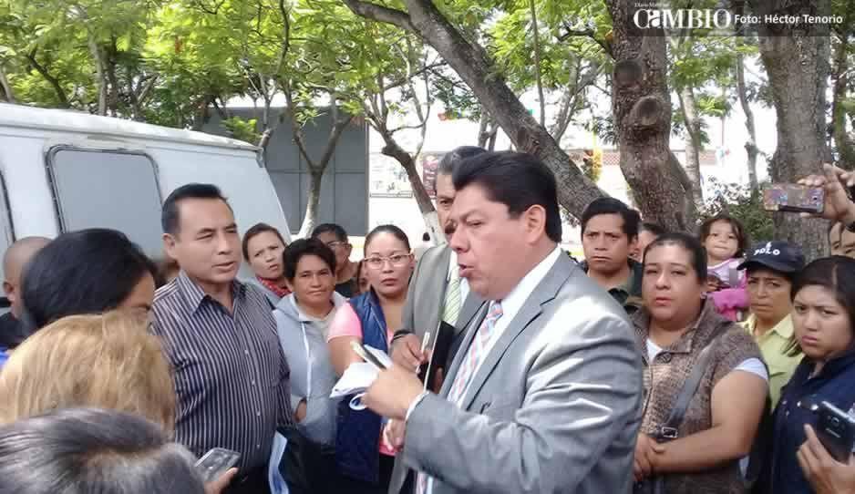 Alcalde sustituto de Texmelucan se reúne con familiares de policías detenidos