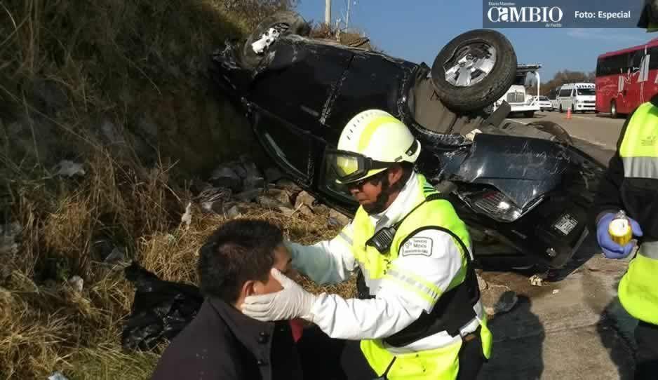 Exceso de velocidad causa volcadura en la México-Puebla