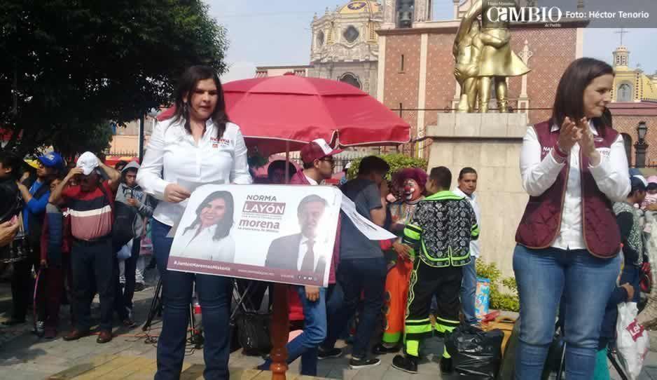 Candidata de Morena se cuelga del show de payasos en Texmelucan para arrancar campaña