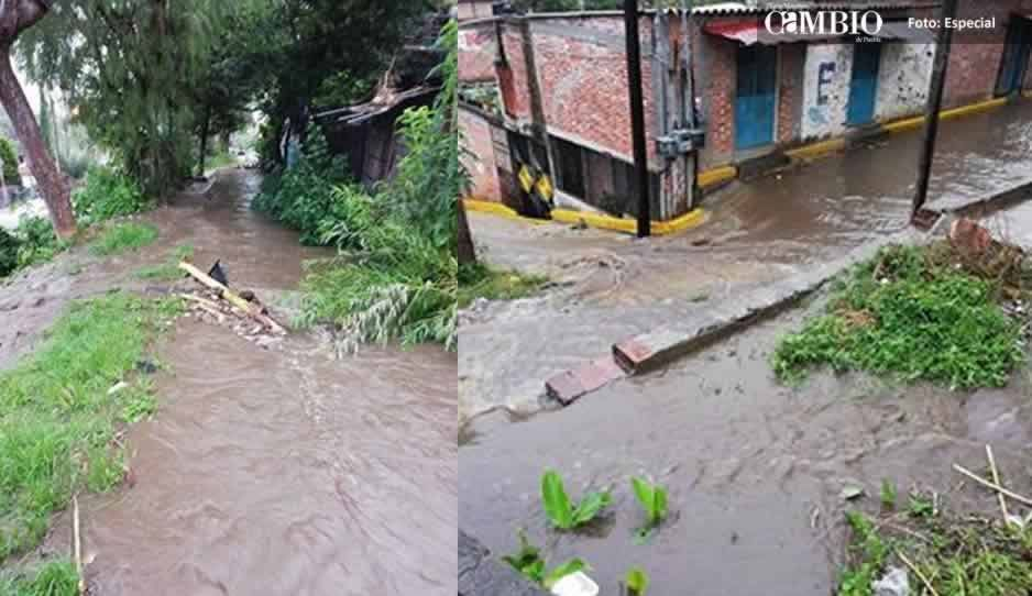 Se desborda canal por fuerte lluvia en Atlixco
