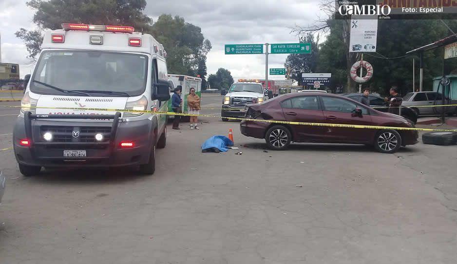 Llanta mata a una persona y deja daños en varios vehículos