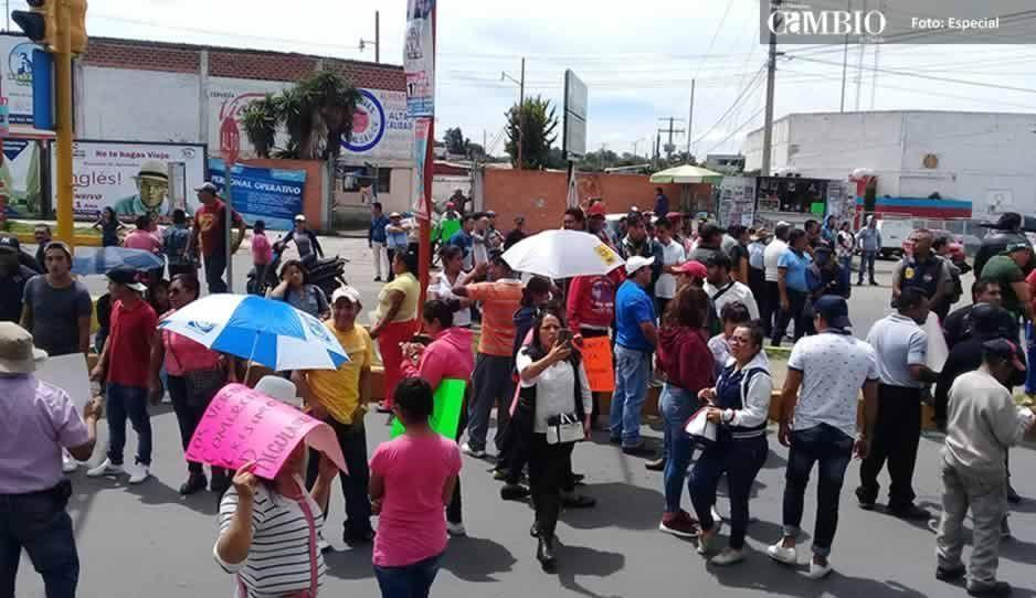 Comerciantes cierran vialidades en Texmelucan, exigen que se regule el ambulantaje