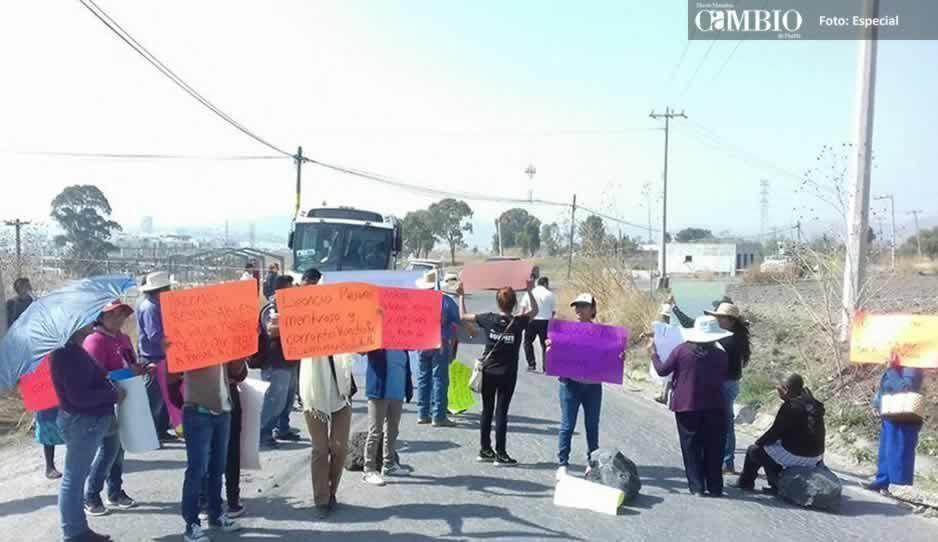 Pobladores Cacalotepec cierran dos accesos al Residencial Lomas de Angelópolis