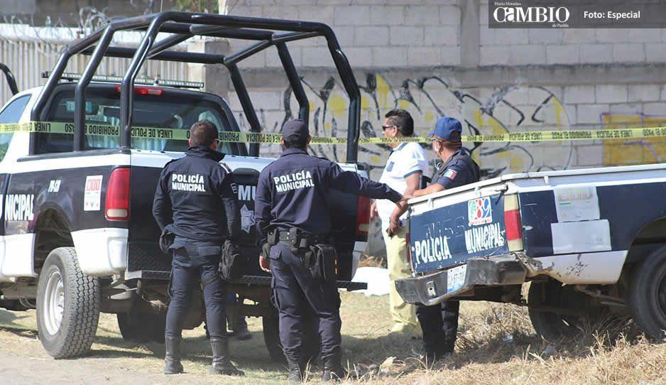 Huachicoleros golpean brutalmente a 2 policías estatales en Tlalancaleca