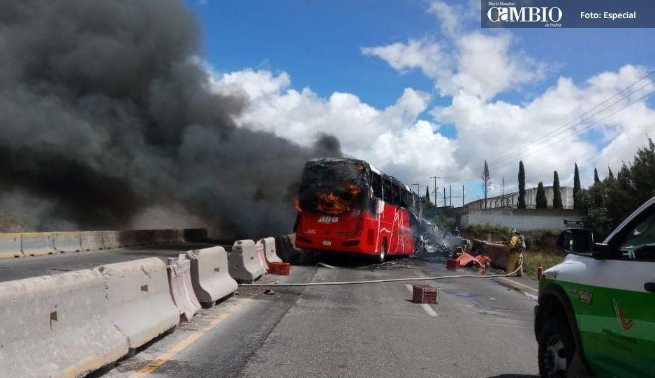 Accidente cerca de la caseta de Amozoc deja muerto, 15 lesionados y 4 vehículos en llamas