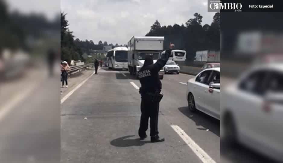 Tras 6 horas de cierre de la México-Puebla, reabren la pista y la federal pero solo por una hora (VIDEO)