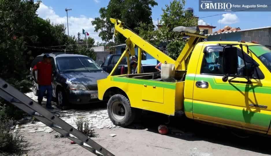 FOTOS: Catean casa de la hermana del regidor de Turismo en Tepeaca y hallan vehículos robados