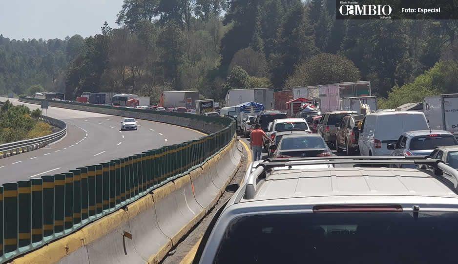 Calvario en la México-Puebla tras accidente de tractocamion