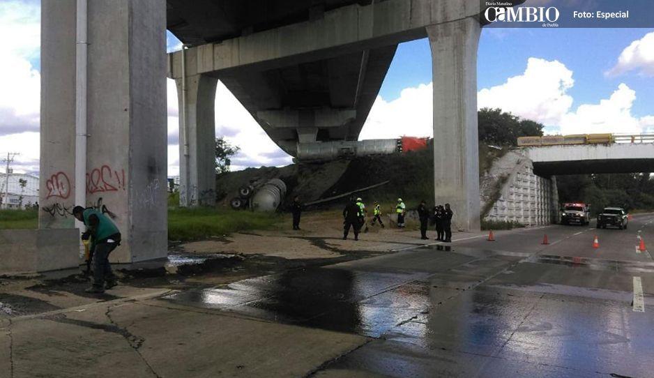 Volcadura de una pipa con 60 mil litros de combustible causa caos en la Puebla-Orizaba