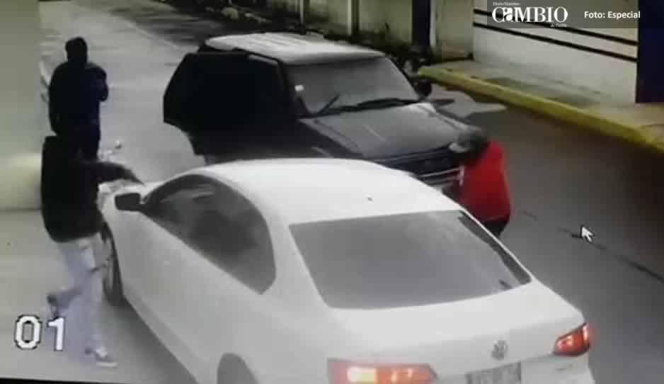 VIDEO: Sujetos a punta de pistola atracan a tripulantes de un vehículo en Texmelucan