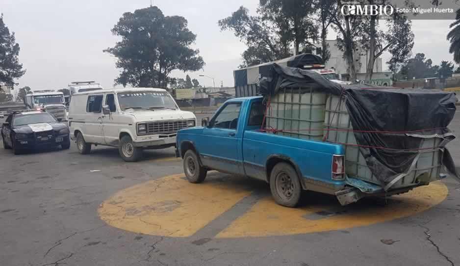 PF recupera dos camionetas con combustible ilícito en la colonia de Texmelucan