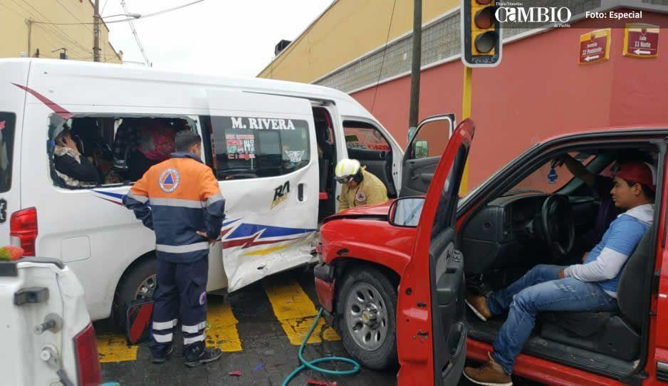 Cafre embiste ruta Azteca y lesiona a 10 pasajeros