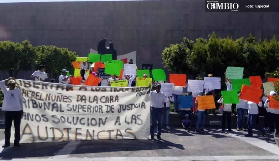 VIDEO: Familiares de polis detenidos se manifiestan en Ciudad Judicial; exigen se reanuden audiencias