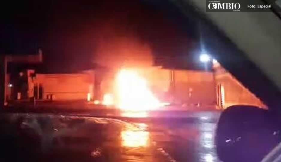 Un rayo provoca incendio en gasolinera de San Salvador El Verde