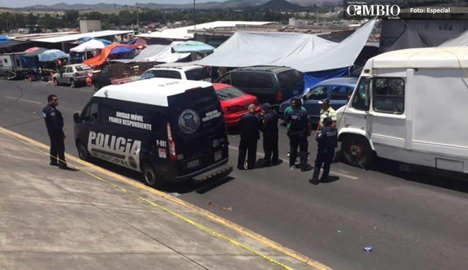 Balacera en tianguis de Lomas de San Miguel: un herido y 2 carros tiroteados