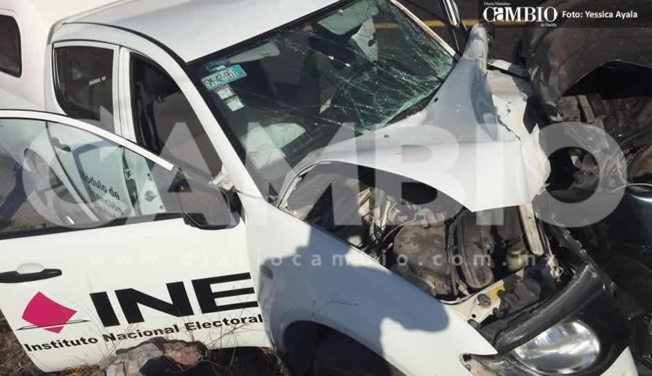 Accidente en la carretera Puebla-Huajuapan deja cinco funcionarios del INE lesionados