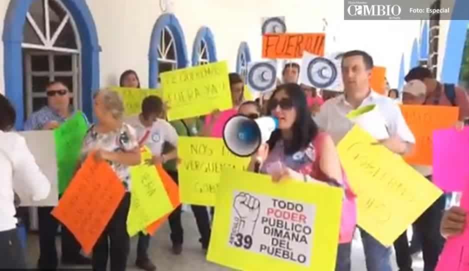 Protestan en Atzompa para exigir la renuncia del edil Horacio Tlahuel