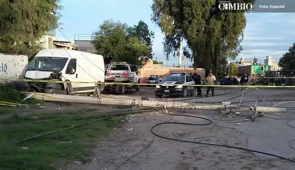 Roban camioneta y la impactan contra un poste de luz en Texmelucan