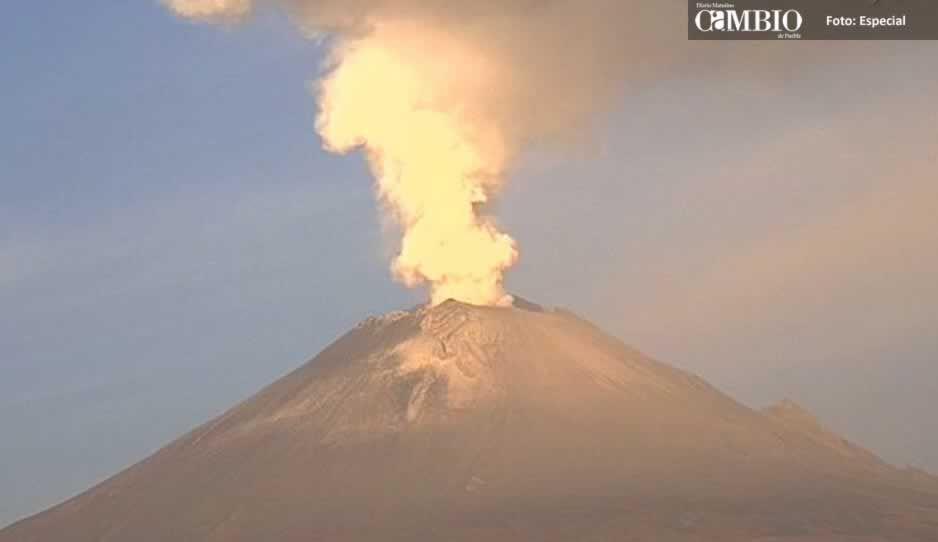 Volcán Popocatépetl emite fumarola de 2 mil metros (VIDEO)