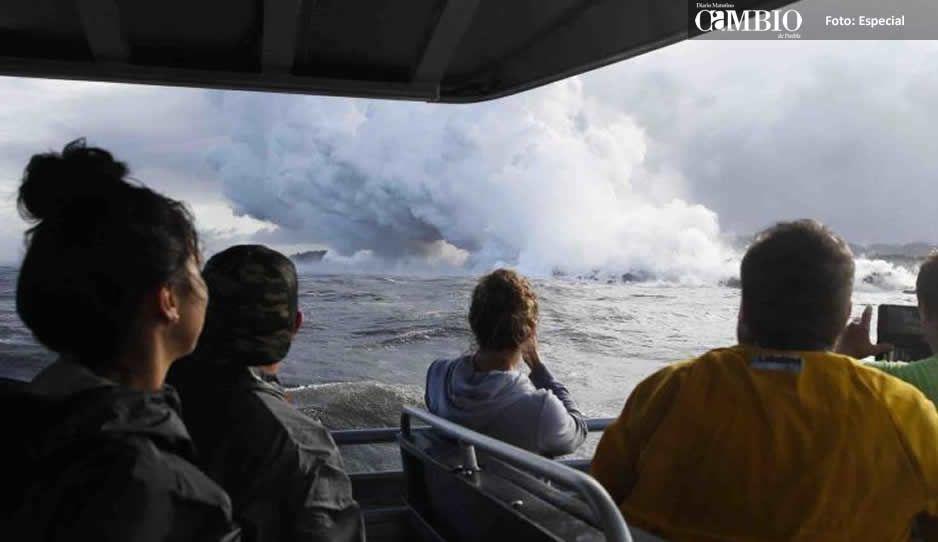 Cae lava sobre un bote turístico en Hawái y deja 13 heridos (VIDEO)