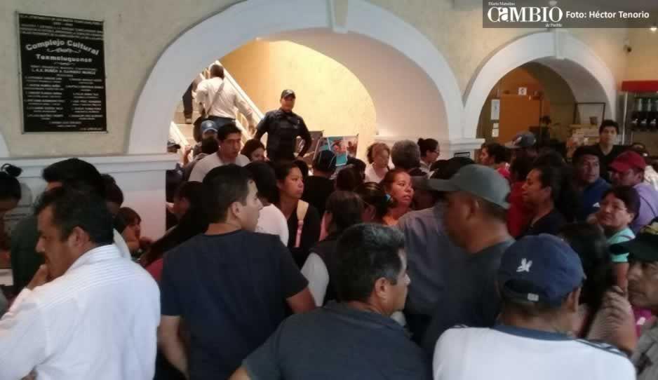 Rafael Núñez deja plantados a familiares de policías cachirules; funcionarios les quitan celulares (VIDEO)