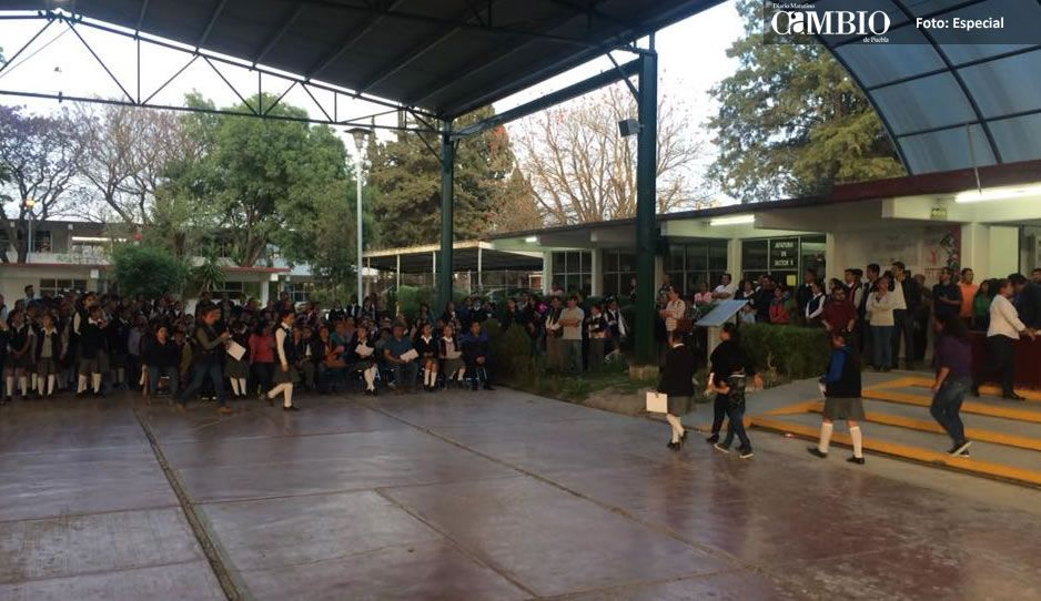 (VIDEO) Alumna de secundaria se prensa el brazo, directivos no quieren responsabilizarse
