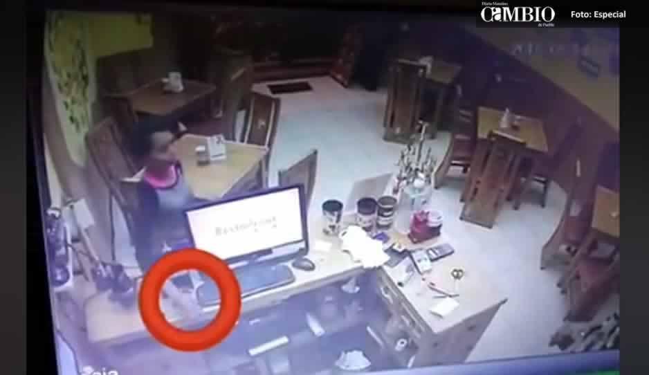 Así de fácil ratas roban un celular en restaurante de Atlixco (VIDEO)