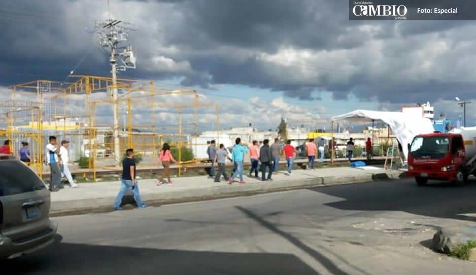Comerciantes blindan entrada al tianguis para impedir más atracos